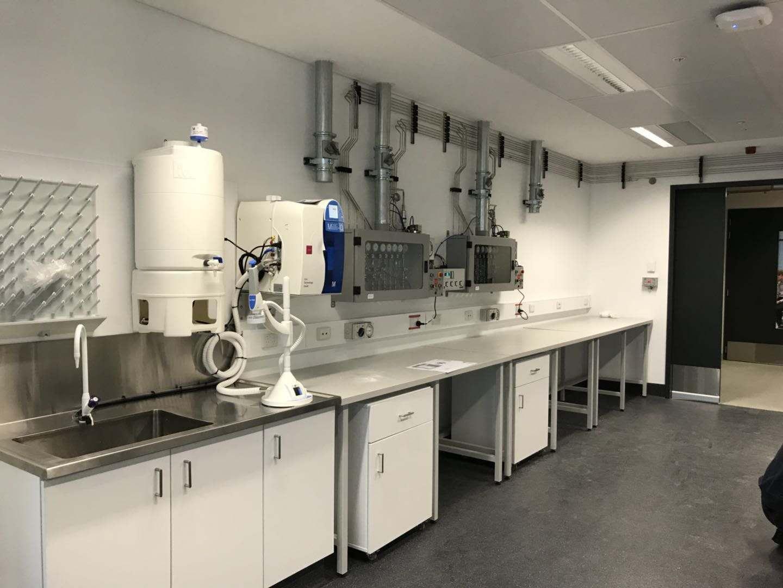 实验室电路   在实验室供电系统也是相当重要的,分为弱电,照明电源